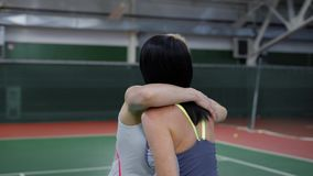 Dwa pięknej kobiety dziękuje each inny po bawić się dopasowanie Fachowi żeńscy gracz w tenisa dyskutuje grę wewnątrz zbiory