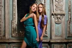Dwa pięknej kobiety pozuje w przestarzałym wnętrzu. obraz royalty free