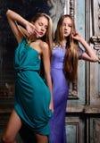 Dwa pięknej kobiety pozuje w przestarzałym wnętrzu. fotografia stock