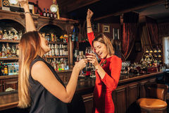 Dwa pięknej kobiety tanczy na parkiecie tanecznym obrazy stock