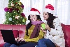 Dwa pięknej kobiety używa laptop Zdjęcia Stock