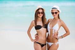 Dwa pięknej kobiety w bikini i modnych kapeluszach obrazy royalty free
