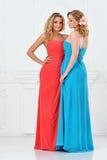 Dwa pięknej kobiety w wieczór sukniach fotografia royalty free