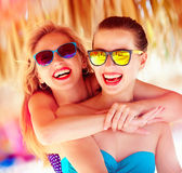 Dwa pięknej młodej dziewczyny ma zabawę na plaży podczas lata vaca zdjęcia royalty free
