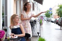 Dwa pięknej młodej dziewczyny w lato stroju Zdjęcia Stock
