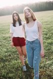Dwa pięknej młodej kobiety chodzi outdoors Fotografia Royalty Free