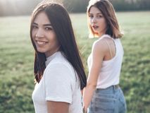 Dwa pięknej młodej kobiety ma zabawę outdoors Zdjęcia Stock