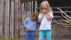 Dwa pięknej małej eleganckiej dziewczyny pozuje w podwórzu zbiory