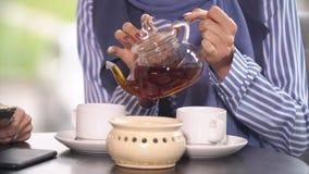 Dwa Pięknej Muzułmańskiej dziewczyny W kawiarni Obrazy Royalty Free