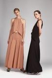 Dwa pięknej seksownej kobiety brunetki i blondynów włosianej odzieży Fotografia Royalty Free
