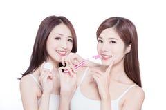Dwa piękno kobiet wp8lywy muśnięcie zdjęcie stock