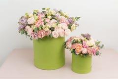 Dwa piękny bukiet kwiatu set na drewnianym stole praca kwiaciarnia przy kwiatu sklepem Mały rodzinny interes Obrazy Stock