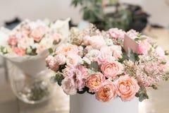 Dwa piękny bukiet kwiatu set na drewnianym stole praca kwiaciarnia przy kwiatu sklepem Mały rodzinny interes Fotografia Stock