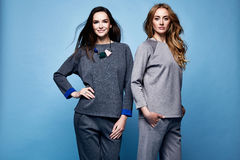 Dwa pięknych kobiet seksownych ubrań kostiumu przypadkowa koszula i spodnia tre Obraz Royalty Free