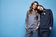 Dwa pięknych kobiet seksownych ubrań kostiumu przypadkowa koszula i spodnia tre Fotografia Stock