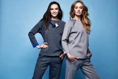 Dwa pięknych kobiet seksownych ubrań kostiumu przypadkowa koszula i spodnia tre Fotografia Royalty Free