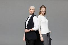 Dwa pięknych uśmiechniętych kobiet ro trwanie plecy z powrotem Zdjęcia Royalty Free