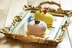 Dwa pięknego torta na rocznik tacy Zdjęcie Royalty Free