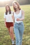 Dwa pięknej dziewczyny chodzi outdoors Obraz Royalty Free