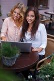 Dwa pięknej dziewczyny z laptopem Zdjęcie Stock