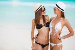 Dwa pięknej kobiety w bikini i modnych kapeluszach Obraz Royalty Free