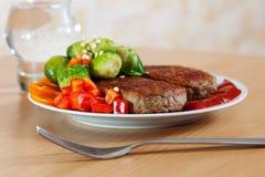 Dwa piec na grillu cutlets z warzywami Zdjęcia Royalty Free