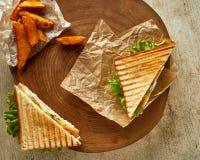 Dwa piec na grillu kanapki, słuzyć na drewnie z smażącą crispy grulą fotografia royalty free