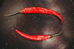 Dwa pieprzu gorący, ostrzy chili pieprze, Fotografia Royalty Free