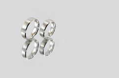 Dwa pierścionku na lustrze Obraz Royalty Free