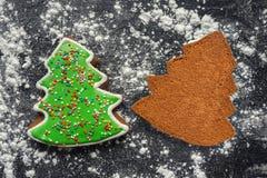 Dwa piernikowego ciastka na cukieru proszku Obraz Royalty Free