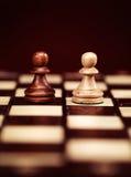 Dwa pionka na chessboard Obraz Royalty Free