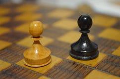 Dwa pionka na szachowej desce Zdjęcia Stock
