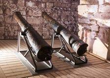 Dwa pistoletu instalującego w jeden sala w ruinach forteca w starym mieście akr w Izrael Zdjęcia Royalty Free