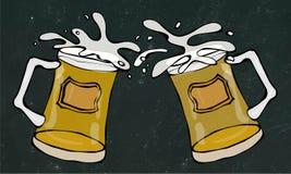 Dwa Piwnego kubka Z Lekkim Ale lub Lager Clink z pluśnięciem Na Czarnym Chalkboard tle Realistyczny Doodle Obrazy Stock