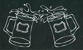 Dwa Piwnego kubka Z Lekkim Ale lub Lager Clink z pluśnięciem Na Czarnym Chalkboard tle Realistyczny Doodle Zdjęcia Royalty Free