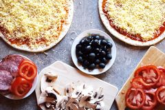Dwa pizz ciasto i inni pizza składniki zdjęcie royalty free