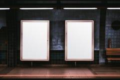 Dwa plakatów pionowo mockup w metrze zdjęcia stock