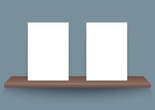 Dwa A4 plakatowego papieru na ciemnego brązu półce Obraz Royalty Free