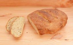 Dwa plasterka chleba cięcie od świeżego bochenka Obrazy Stock