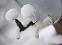 Dwa plenerowego metalu faucets zakrywającego śniegiem fotografia stock