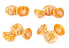 Dwa połówki anh tangerine całej świeżej soczystej owoc odizolowywającej nad białym tłem Zdjęcia Stock