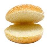 Dwa połówki odizolowywającej na bielu hamburgeru chleb Fotografia Royalty Free