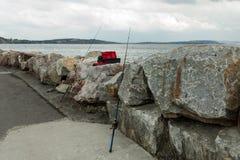 Dwa połowu prącia wtyka z kamieni, na plaży w Morgat Francja 29 2018 Maj Zdjęcie Stock