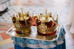 Dwa po?lubiaj? korony w ko?ci?? zamkni?tym w g?r? zdjęcie royalty free