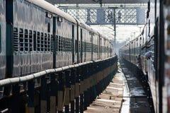 Dwa pociągu przy stacją kolejową Obrazy Stock