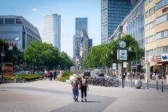 Dwa podróżnik z plecakami na Berlińskiej ` s zakupy sławnej alei K obrazy stock