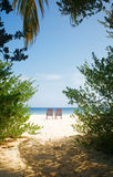 Dwa pokładów krzeseł plaża Fotografia Royalty Free