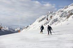 Dwa policjanta na nartach Policja w ośrodku narciarskim Ratownicy w górach policjant pochodzi na nartach Valbona, Lusia, Bellamon zdjęcie stock