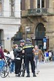 Dwa policjanta z rowerem Fotografia Royalty Free