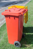 Dwa pomarańczowy i żółci kolor ściółki kosze w ogródzie Zdjęcia Stock